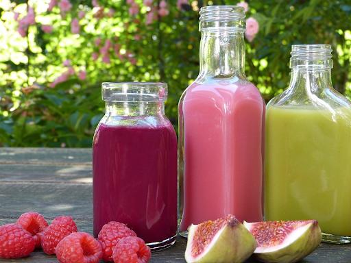 pyszne soki w szklanych butelkach